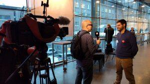 televisión finlandesa entrevistando a Javier