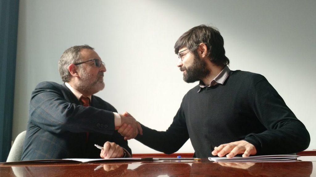 Manuel y Javier se estrechan la mano